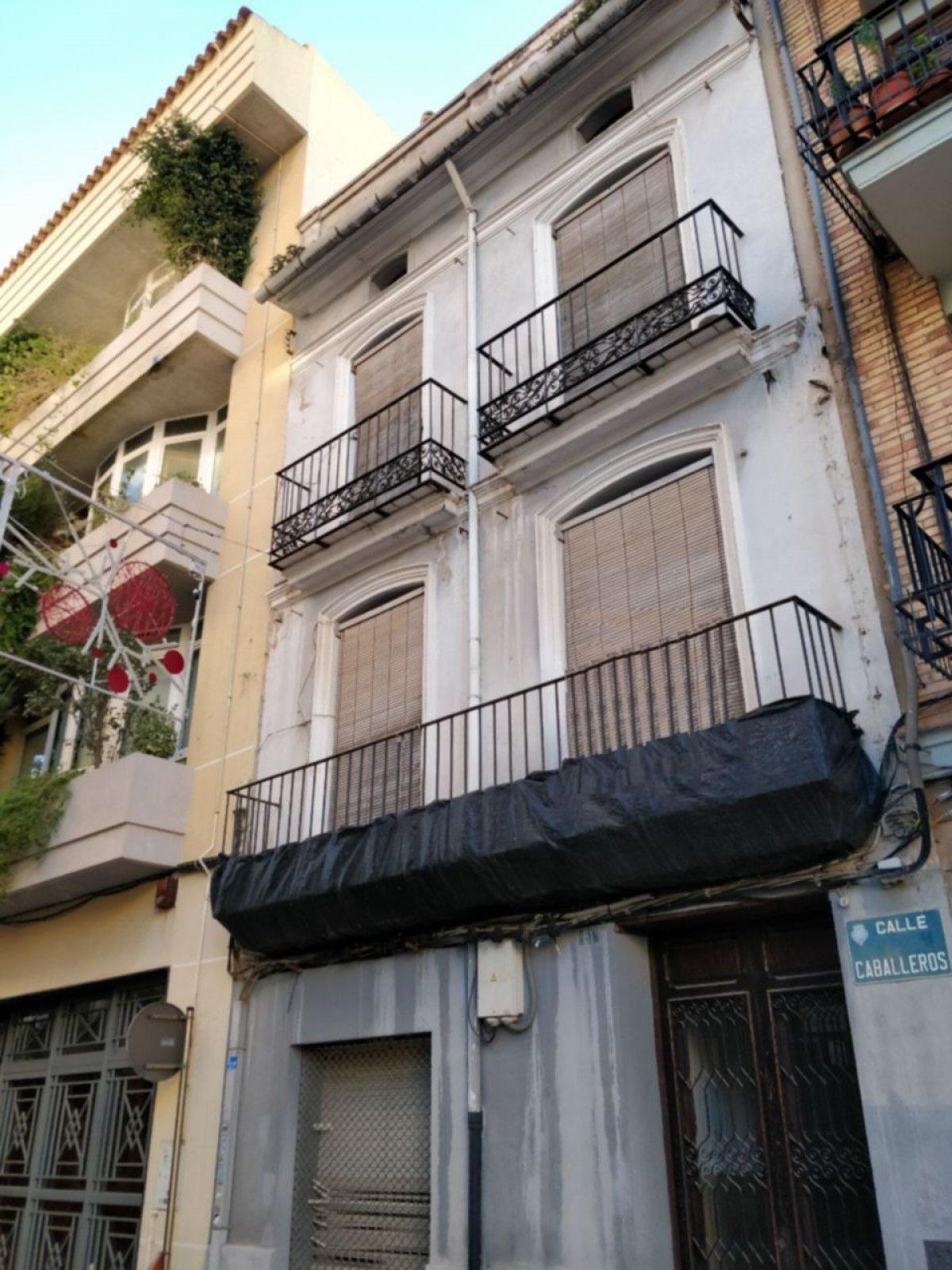 Gebäude  Calle caballeros, 61. Invierta en una localización única