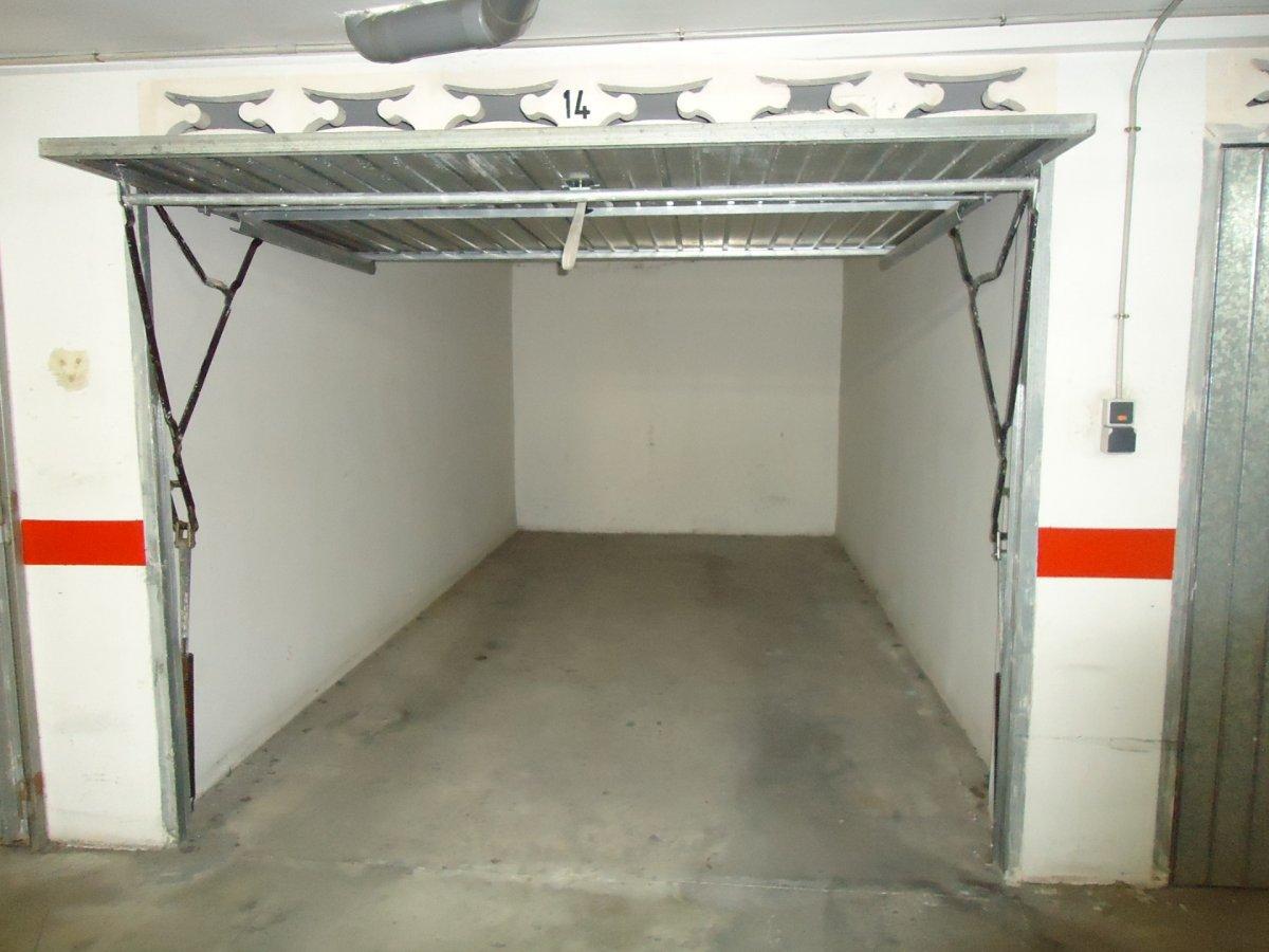 Rent Car parking  Calle valencia, 146. Oportunidad! se alquila plaza de garaje cerrada.