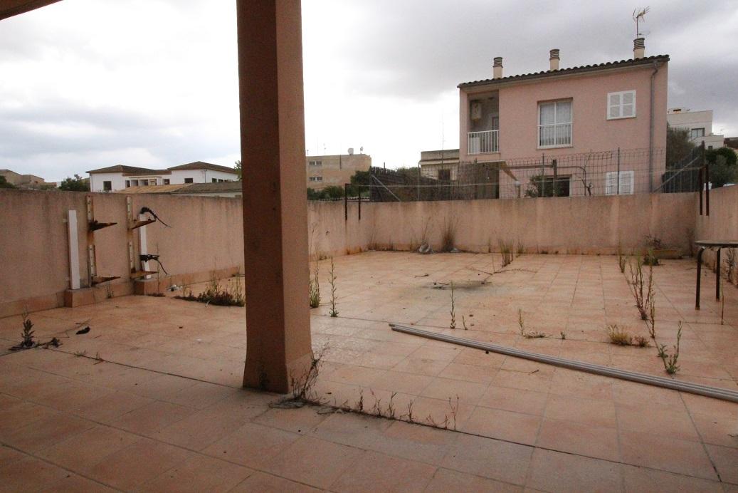 Piso  Maria de la salut. Planta baja  con gran terraza y porche de 3 habitaciones y 2 bañ