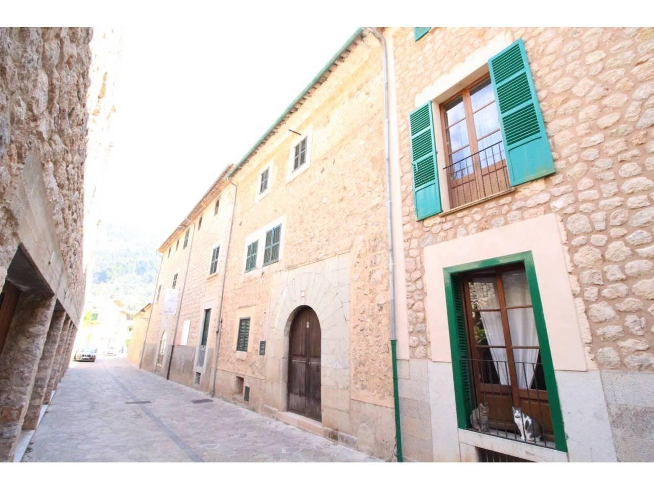 Casa  Fornalutx. Superf. 186 m², 50 m² solar,  4 habitaciones (4 dobles),  3 baño