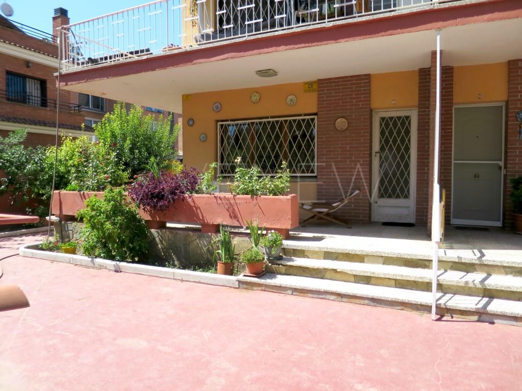 Piso  Castelldefels, castelldefels, barcelona, españa. Planta baja exterior con terrazas y jardín