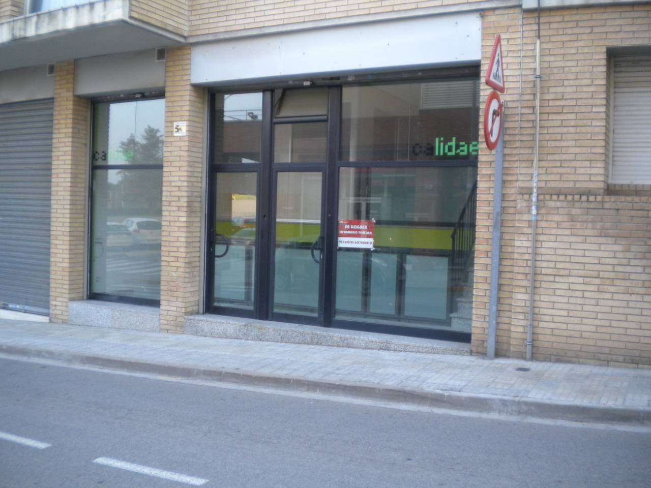 Lloguer Local Comercial  L´ametller. Superf. 140 m²,  2 aseos, salida de humos, escaparate, planta ba