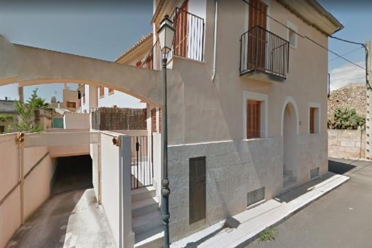 Parking voiture  Calle san francesc. Plaza de aparcamiento en algaida, baleares. cuenta con una super