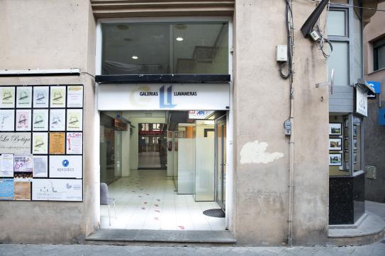 Local Comercial  Calle munt, 49. Amplio local comercial en venta situado en la planta baja de un