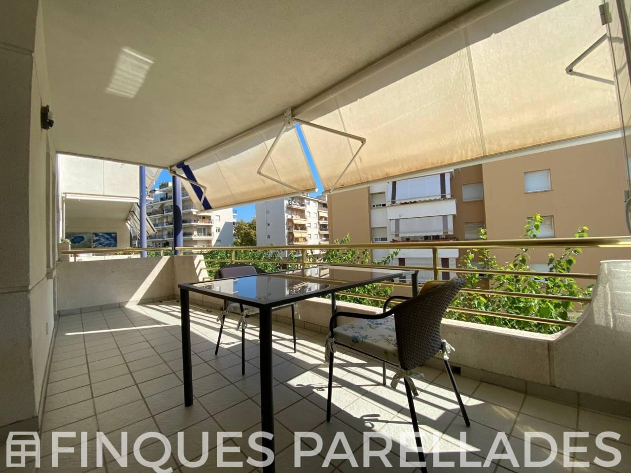 Piso  Centre. Impecable y luminosa vivienda con gran terraza y piscina comunit