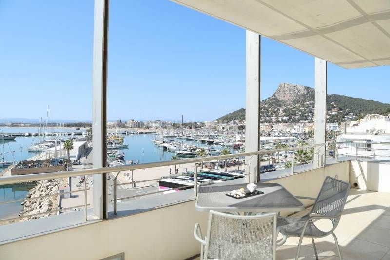 Piso en Torroella de Montgrí. Exclusivo apartamento primera línea de mar en el paseo marítimo
