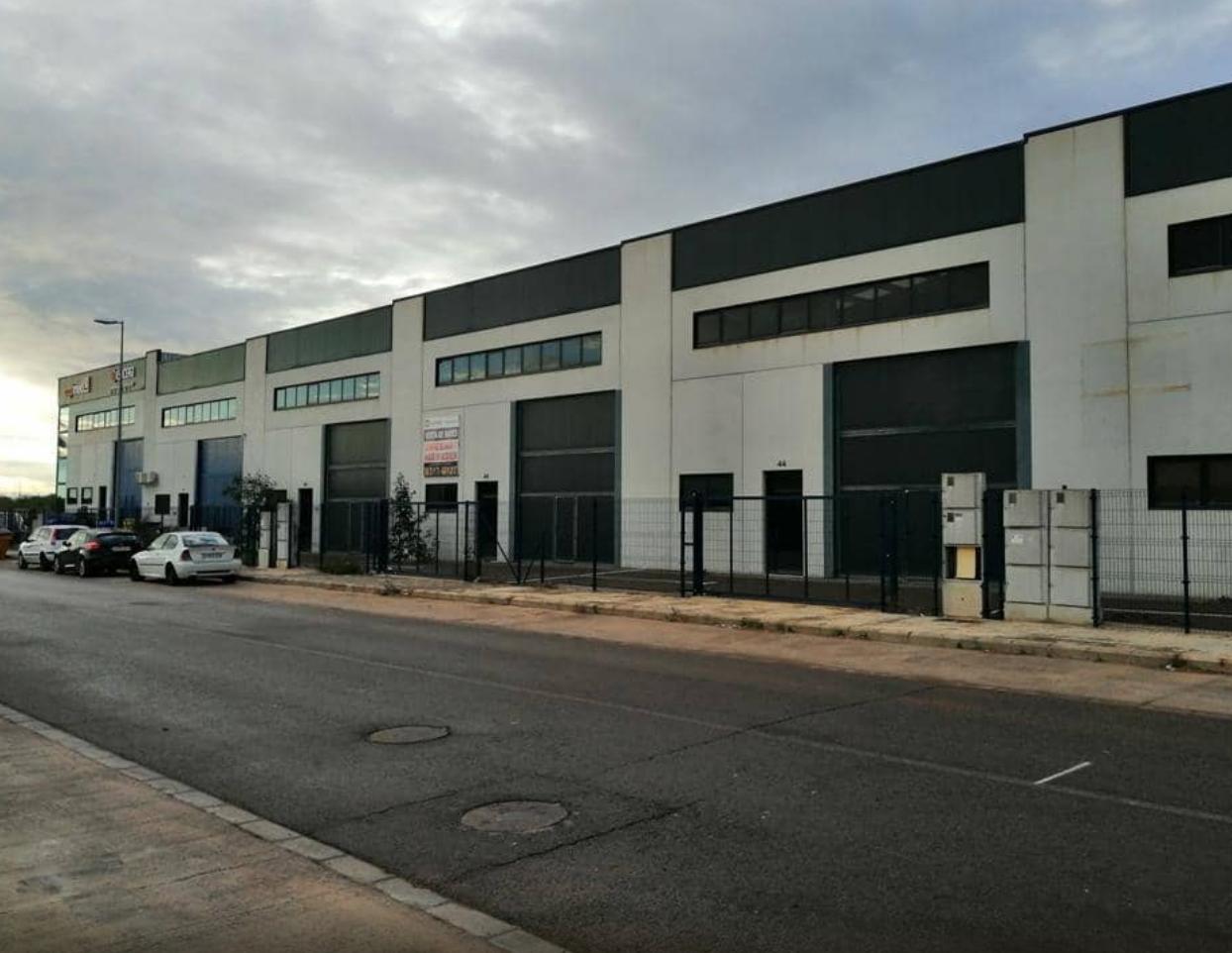 Industrial building in Los Pinares-La Masia. Nave industrial en bétera
