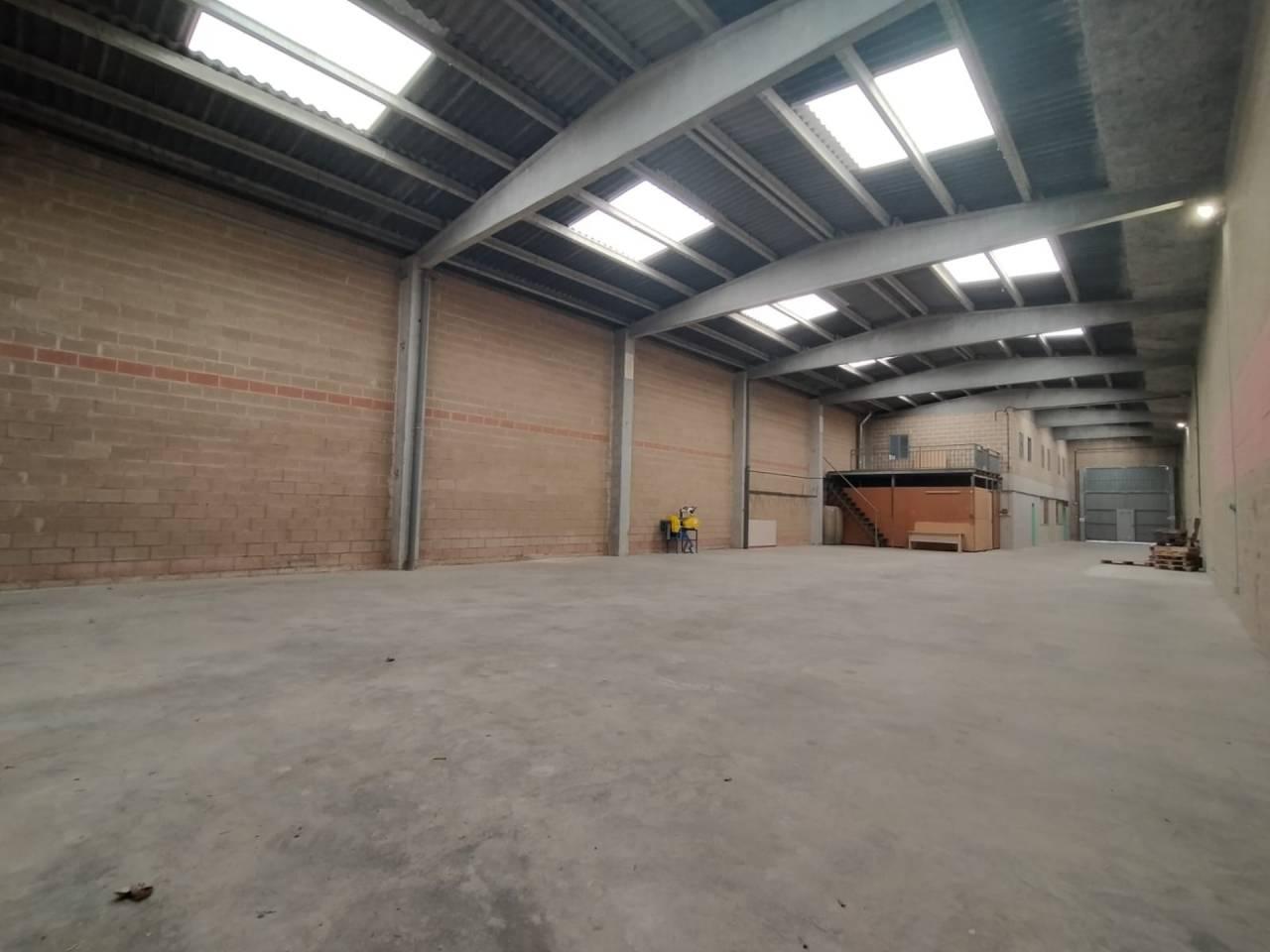 Miete Fabrikhalle  La balconada-cal gravat. Nave industrial de 480m2 y un patio de 100m2.hay oficinas en dos