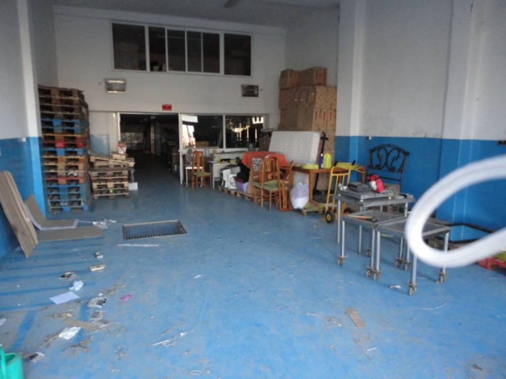 Locale commerciale  Albatarrec. Superf. 487 m², útil 487 m²,  2 aseos, accesibilidad, puertas de