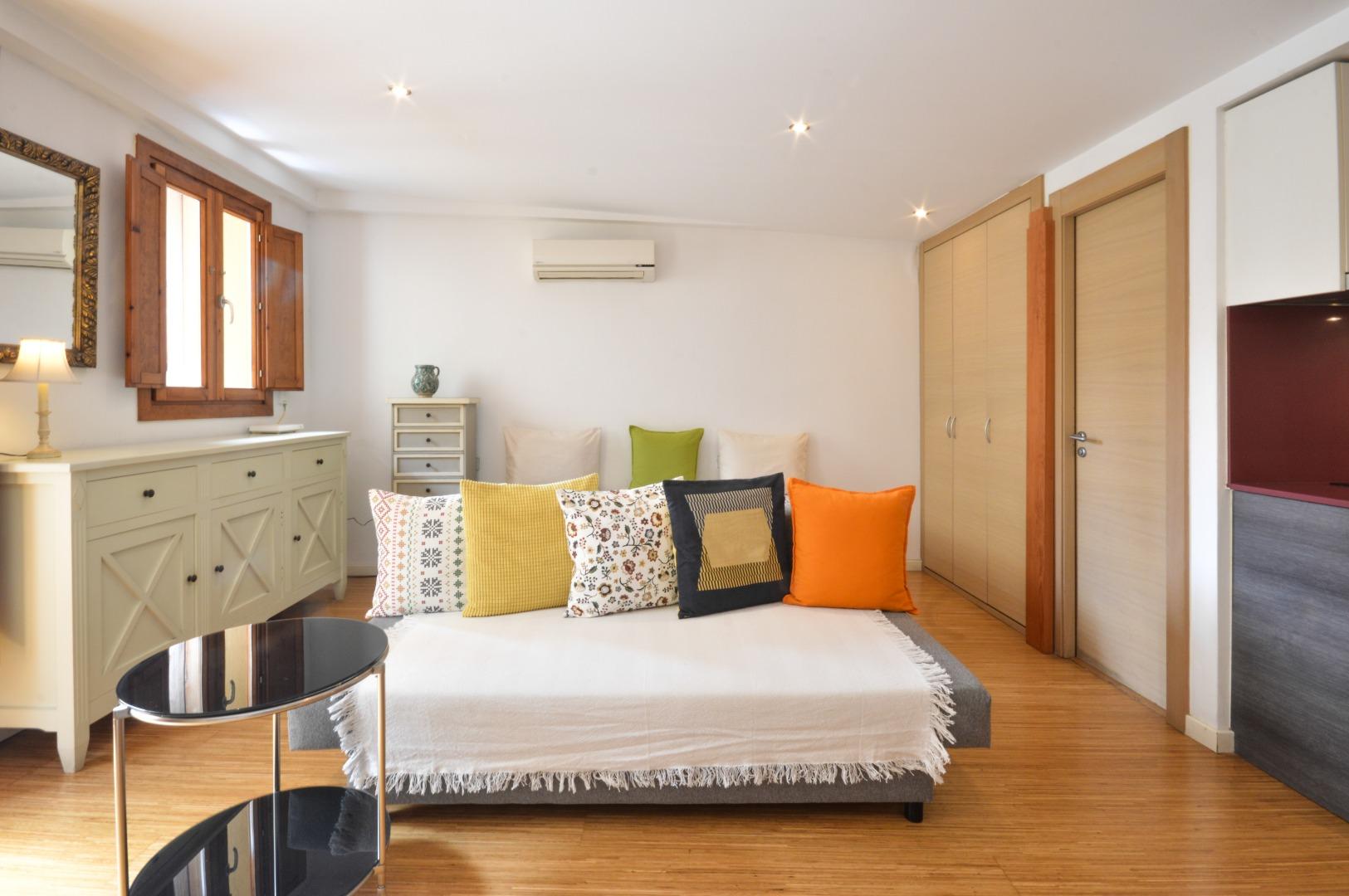 Lloguer de temporada Pis  Ciutat vella - el raval. Loft 40m2 distribuido en 1 habitación y 1 baño con terraza.