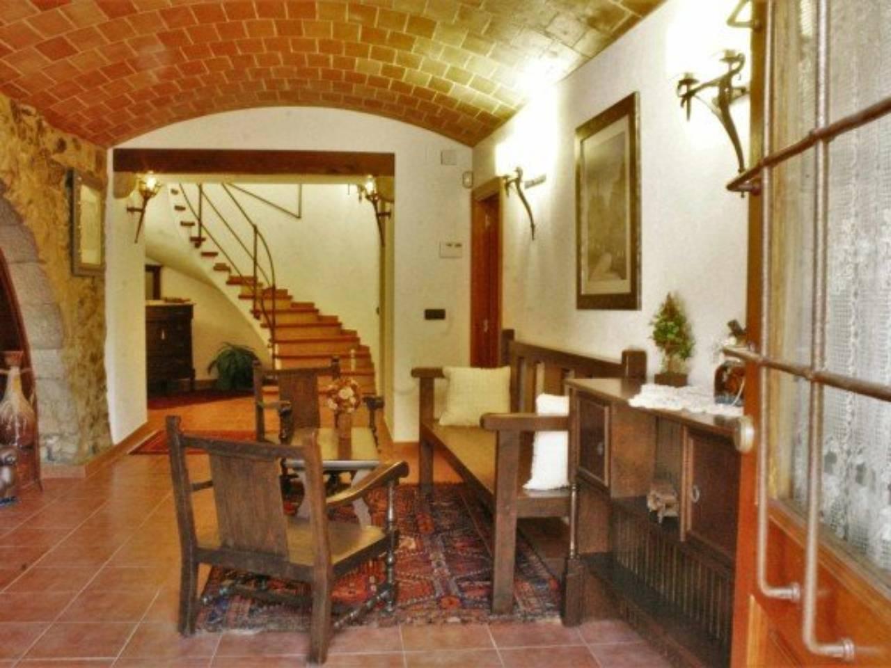 Casa  Calle de baix. Superf. 590 m²,  5 habitaciones ( 2 suits,  3 dobles),  3 baños,