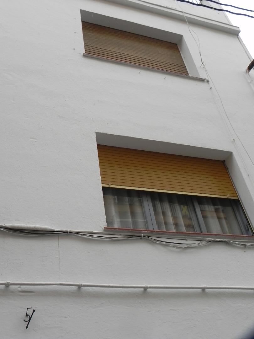 Édifice  Calle san clemente. Edificio centro pueblo compuesto por planta baja garaje trastero