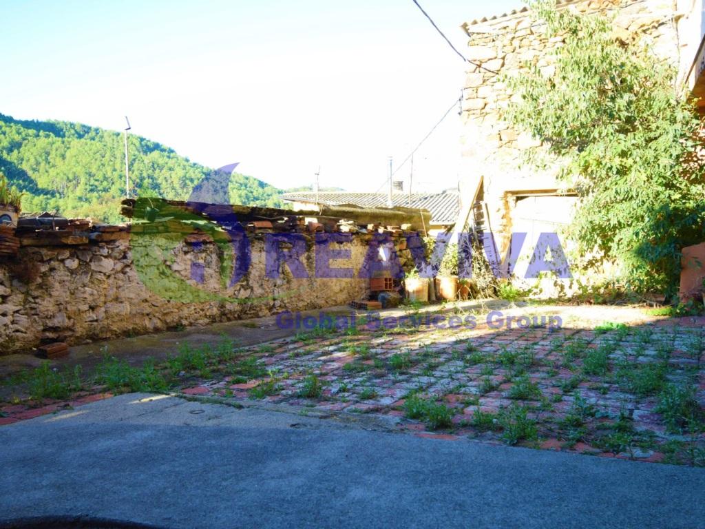 Casa  Cerc, alàs i cerc, lleida, españa. Casa de pueblo con patio y vistas