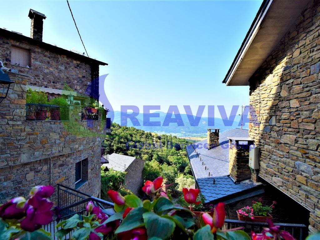 Casa  Calbinya, les valls de valira, lleida, españa. Casa con jardín y vistas espectaculares