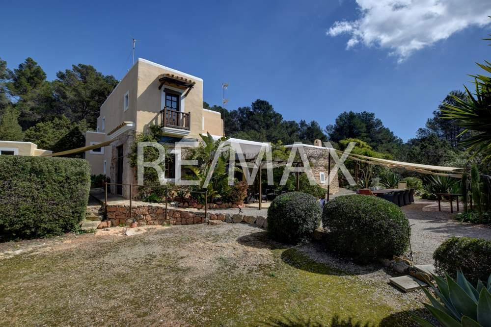 Piso en Sant Joan de Labritja. Propiedad rural aislada con casa de invitados, pista de tenis y