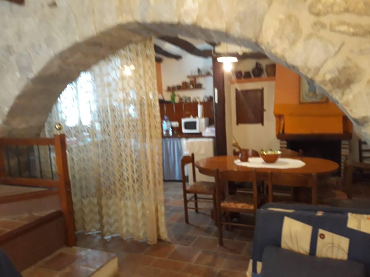 Casa a Morella. Casa con 60 m2 por planta, tiene cocina de leña, con chimenea en