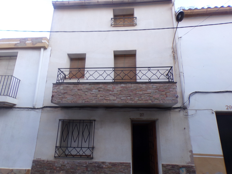 Maison  Calle moli, 27. Casa centrica . distribuida en planta baja, 1ª planta con 2 dor