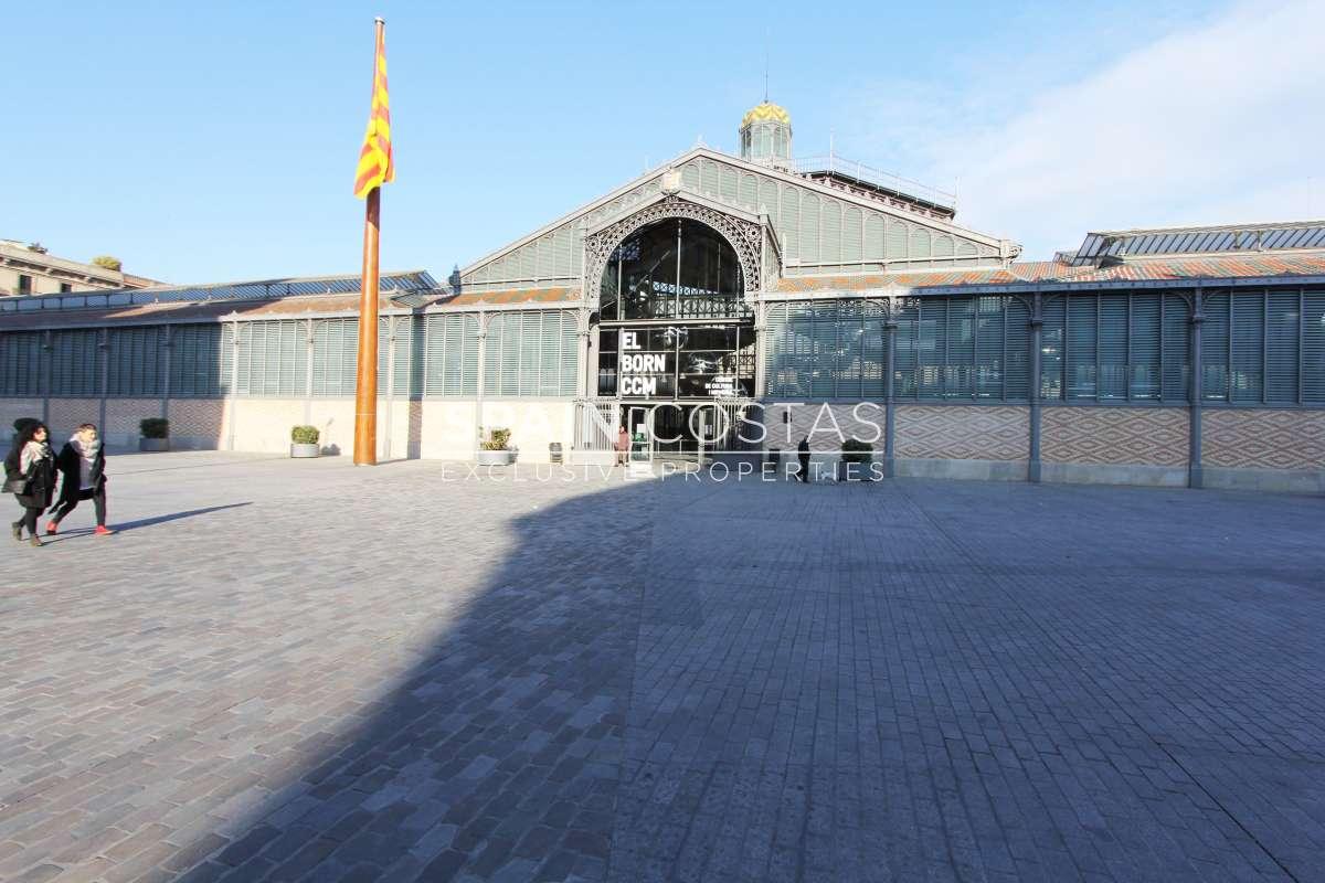 Lloguer Local Comercial  Plaza comercial, 6. Local esquinero en el born.