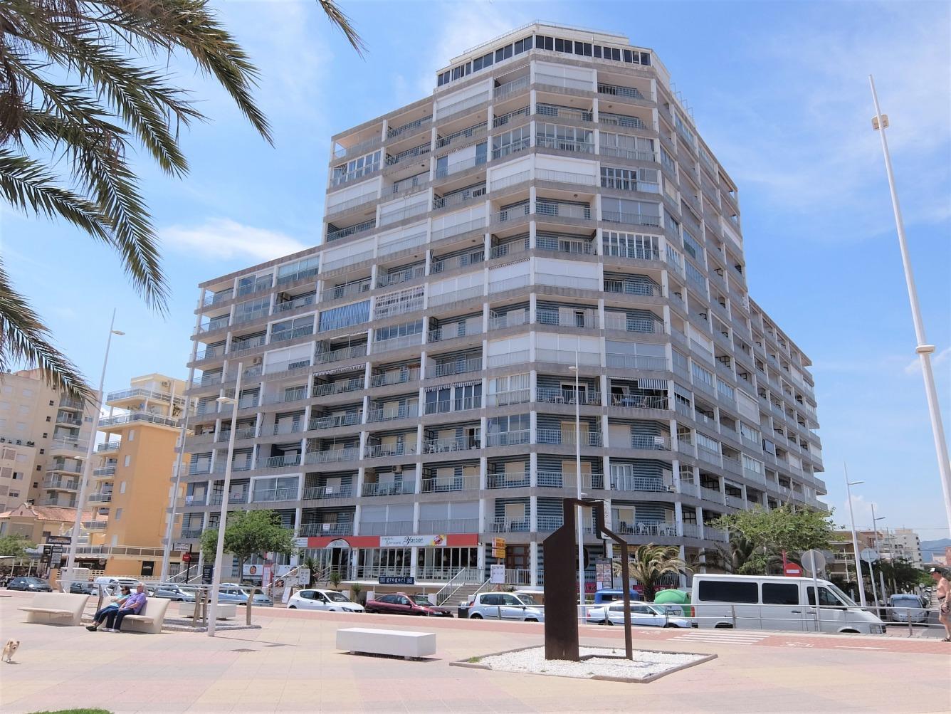 Alquiler de Temporada Piso  Paseo passeig marítim neptu, 27. Apartamento en primera línea con vistas laterales. situado   al