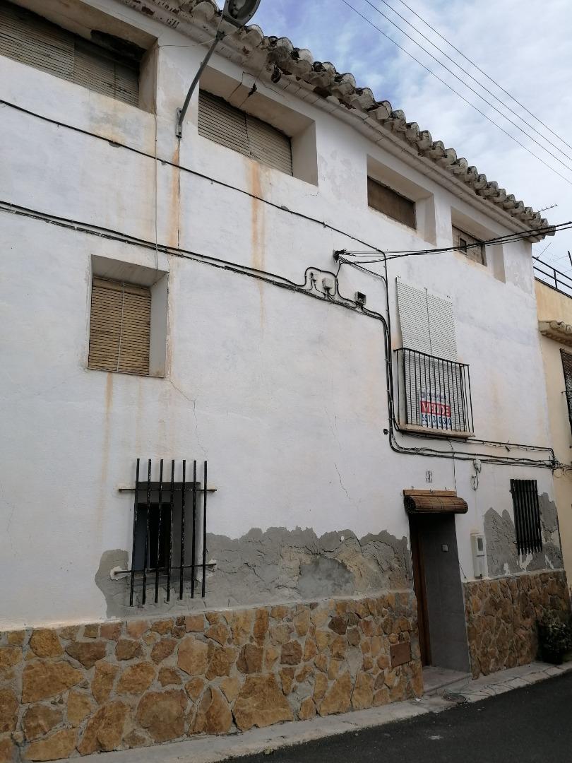 Casa  Calle. Vivienda de verano con patio e losa del obispo