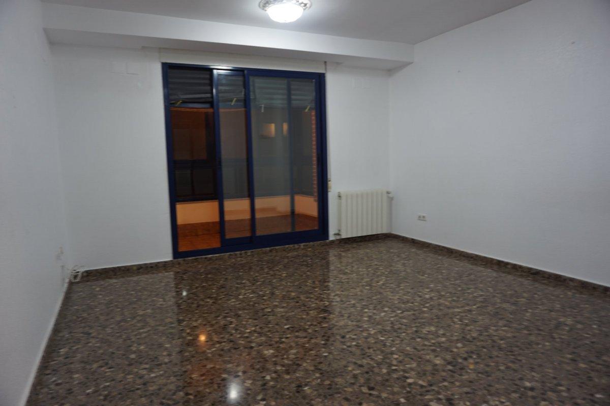 Rent Flat  Calle miguel adlert noguerol. Vivienda seminueva 3 habitaciones , dos baños garaje y trastero