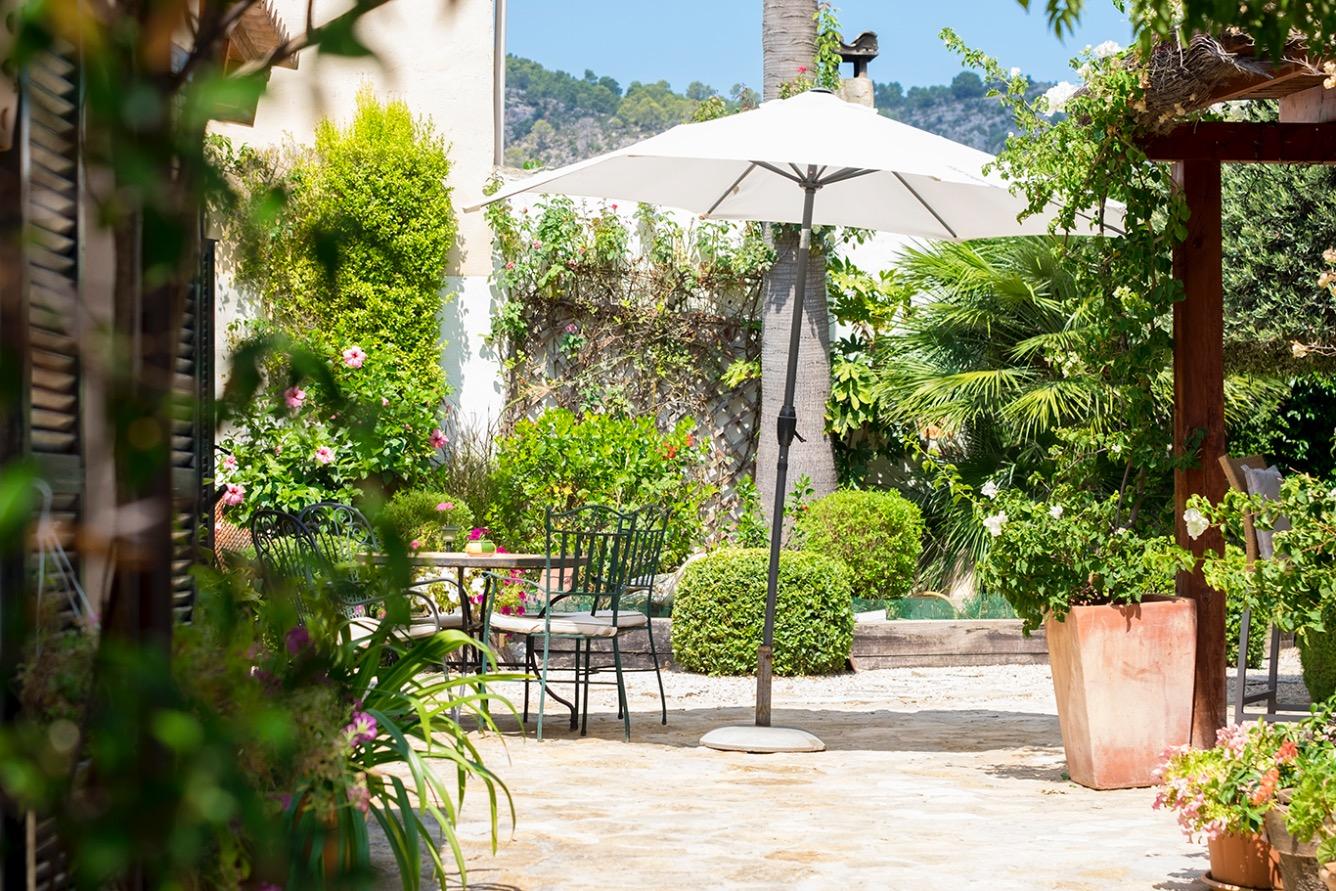 Casa  Andratx, zona de - andratx. Chalet de piedra adosado con jardín de mucho encanto está ubicad