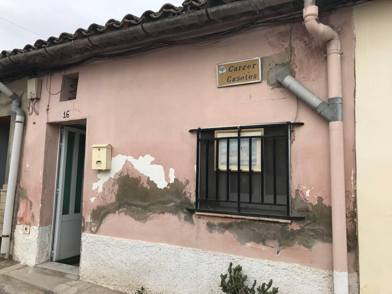 Casa  Calle casetes. Casa en juneda para rehabilitar interiores con patio en parte po