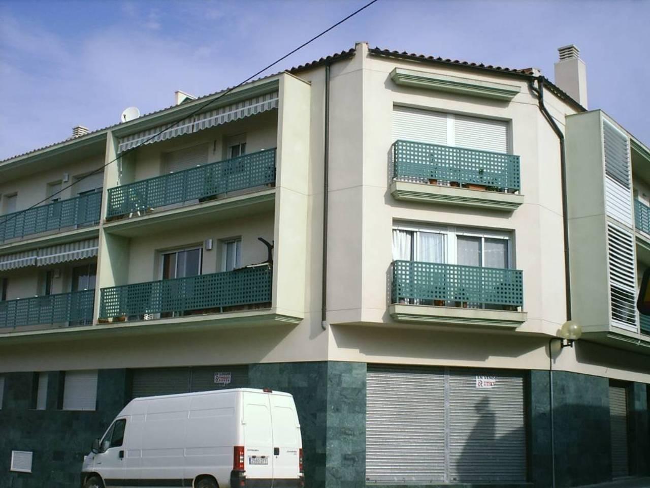 Pis  Avenida enric batet. Superf. 90 m²,  3 habitaciones,  1 baño, cocina, comedor, traste