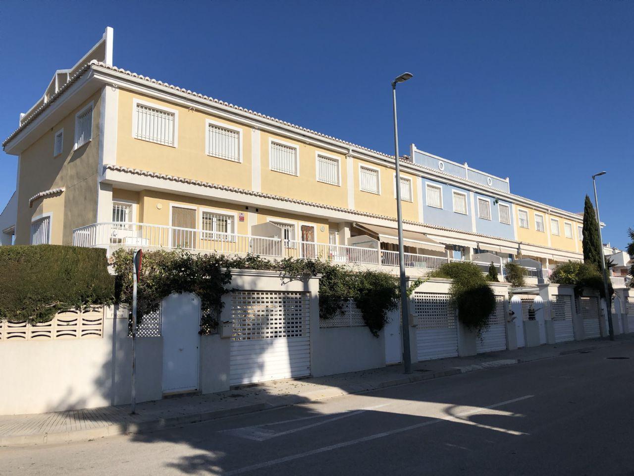 Maison à Playa de Gandía. Adosado en venta