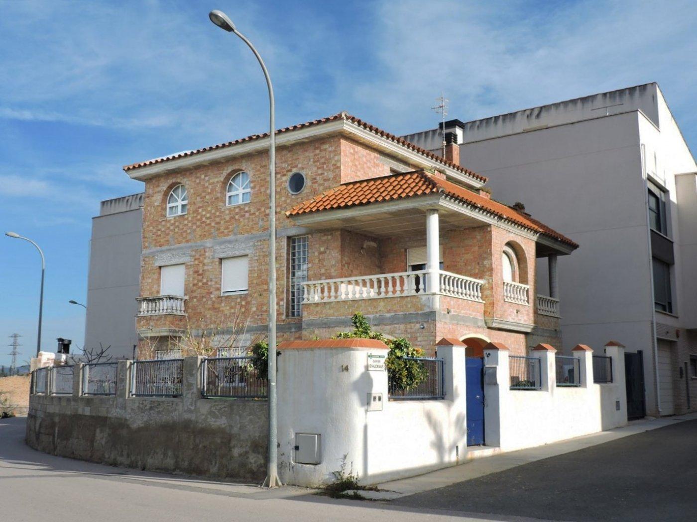 Casa  Calle mianes, 14. Chalet de grandes dimensiones