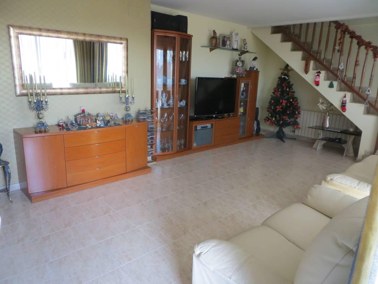 Piso  Can rosés. Seminuevo de 4 habitaciones ( 1 suite,  2 dobles,  1 ind.),  2 b