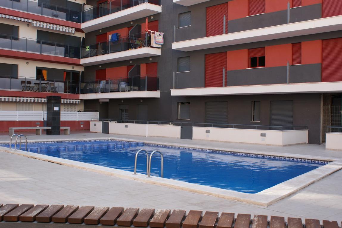 Saisonmiete Etagenwohnung  Calle 9 de octubre. A 400 metros del mar, en la urbanización carlón con piscina, pis