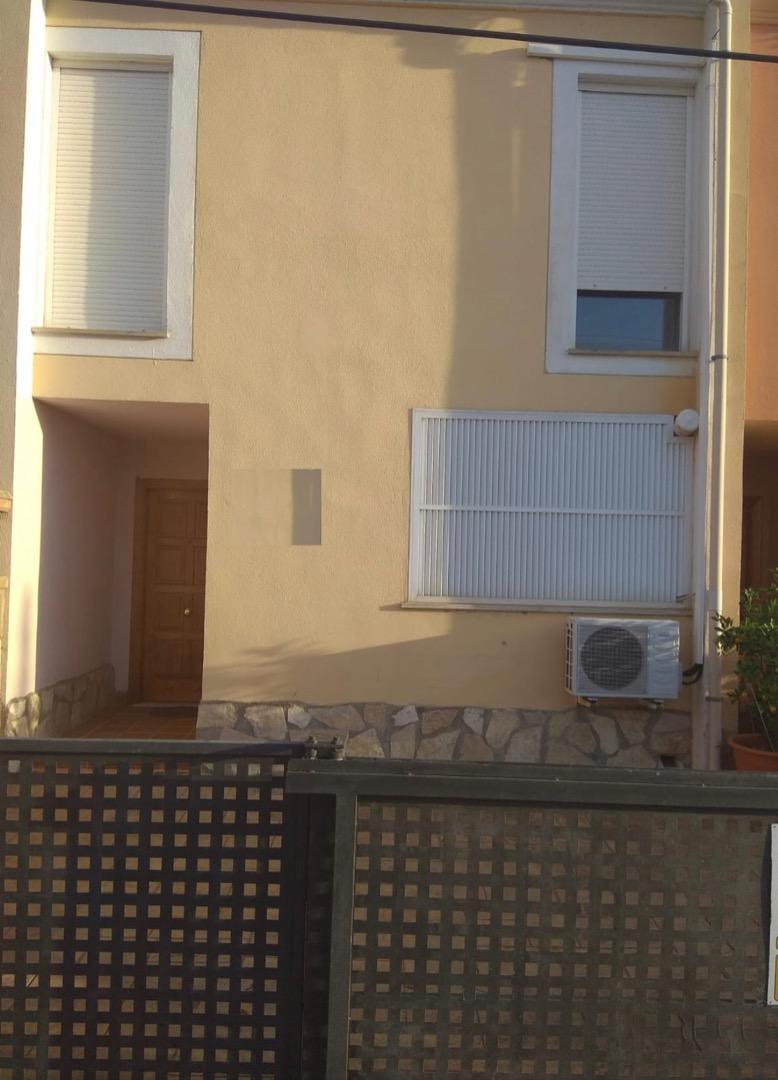 Lloguer Casa  Calle dragonera. Inmobiliaria home by the8sense ofrece bonito adosado sin amuebla