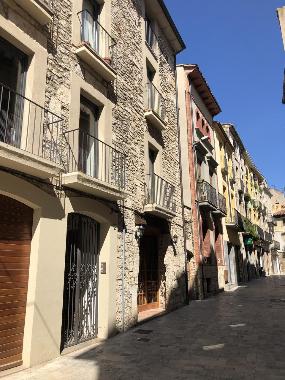Rent Flat  Calle plaça major. Pis de lloguer a la plaça major de banyoles, en una finca amb po