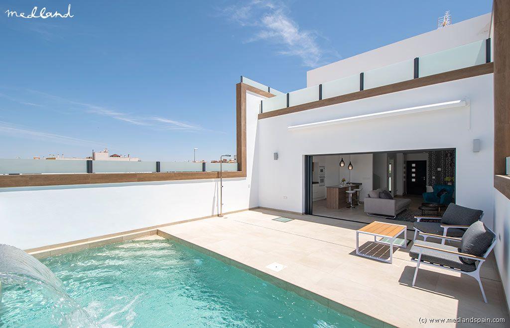 Casa en Benijófar. Moderno chalet adosado con piscina privada y sótano en benijófar