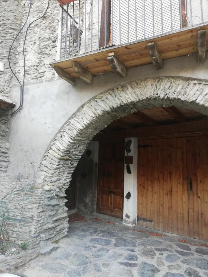 Building  Calle font. Conjunt de casa i coberts situat al nucli vell de ribera de card