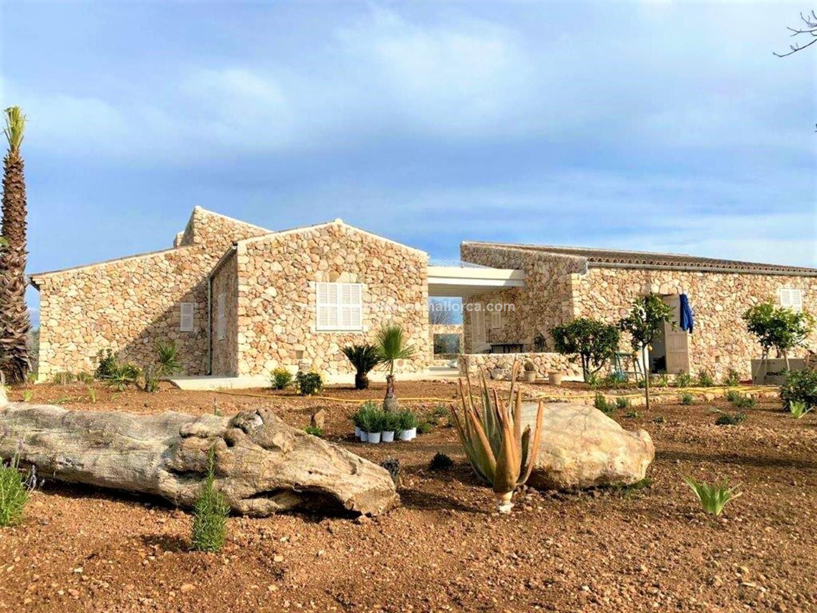 Casa  Petra. Finca de reciente construcción con vistas despejadas.