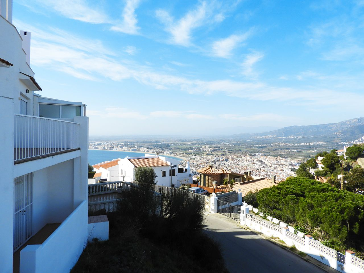 House  Puig rom. Casa adosada con vistas al mar y la montaña en puig rom
