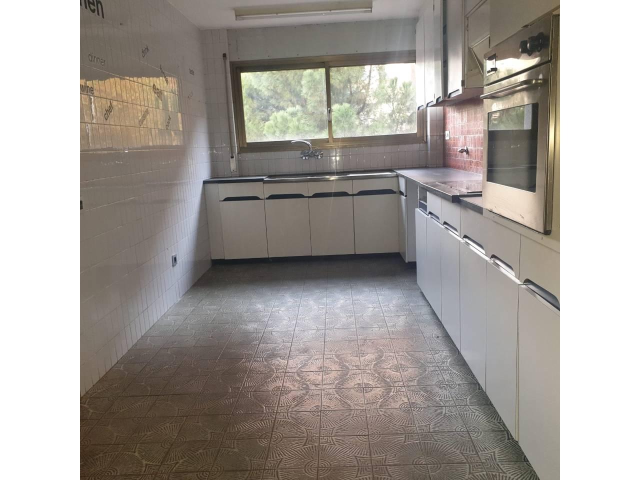 Piso  Calle passeig pere iii. Señorial piso de unos 150 m2, en buen estado,  con cocina de 15