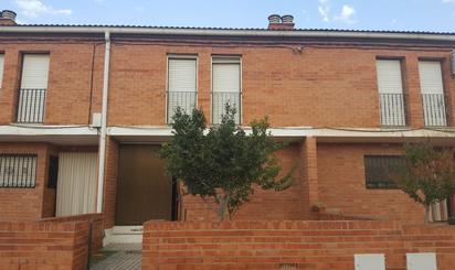Casa adosada de alquiler en Calle Salmador Mombiela, 15, Escatrón