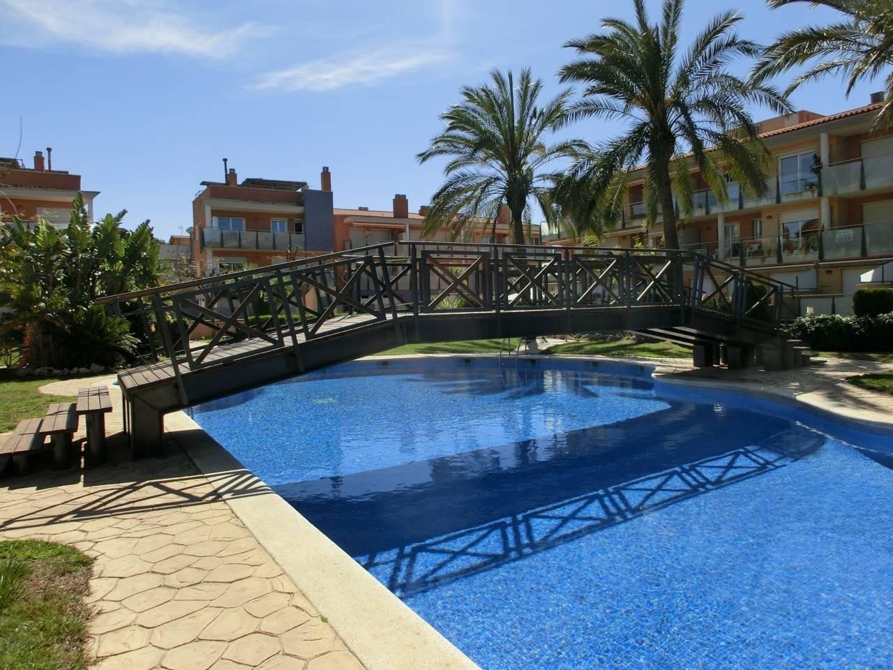 Alquiler de Temporada Piso  Calle castell d´almansa, 54. Conjunto residencial espectacular. el complejo dispone de 3 pisc