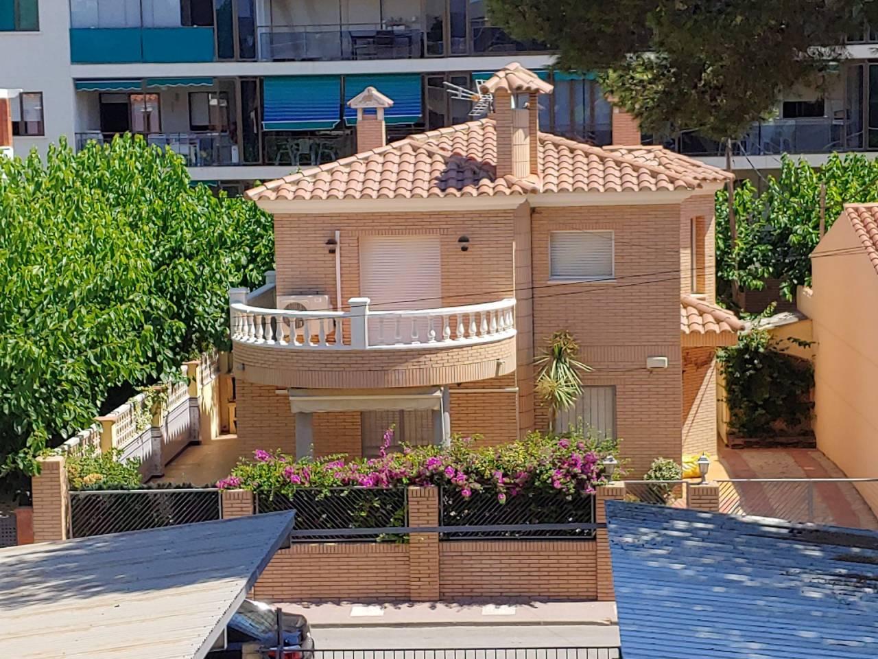 Alquiler de Temporada Casa  Calle andromeda, 8. Esplendida casa junto al mar. la casa situada a solo 20 metros d