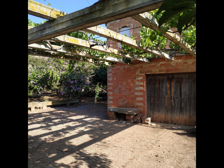 Solar urbano  Picamoixons. Venda de terreno con pequeña masia