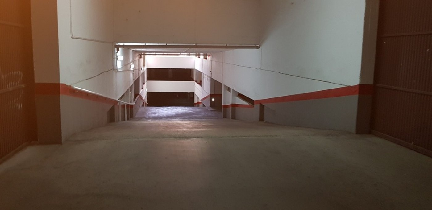 Aparcament cotxe  Torrevieja ,estacion de autobuses. Garaje muy amplio