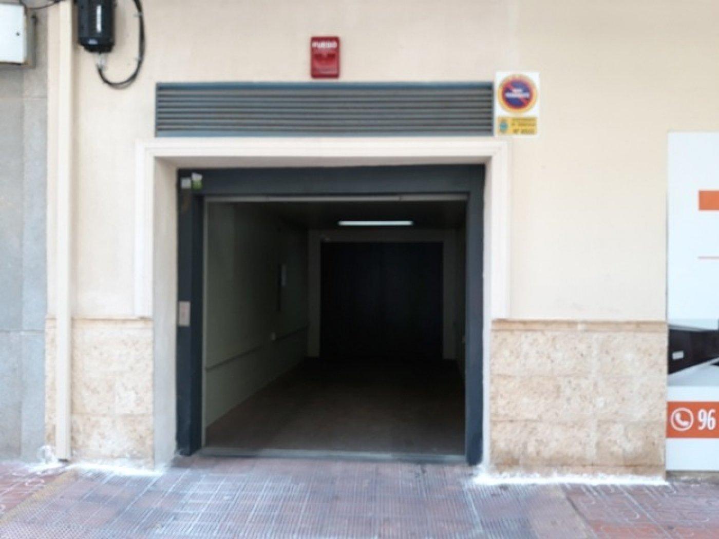 Aparcament cotxe  Torrevieja ,parque las naciones. Plaza de garaje y trastero