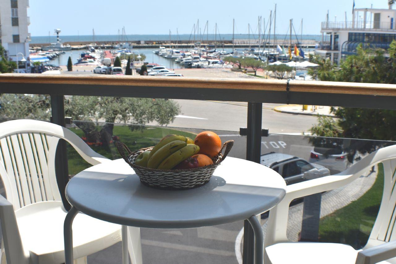 Alquiler Piso en Ampolla (L´). Apartamento en primera linea de playa con piscina comunitaria