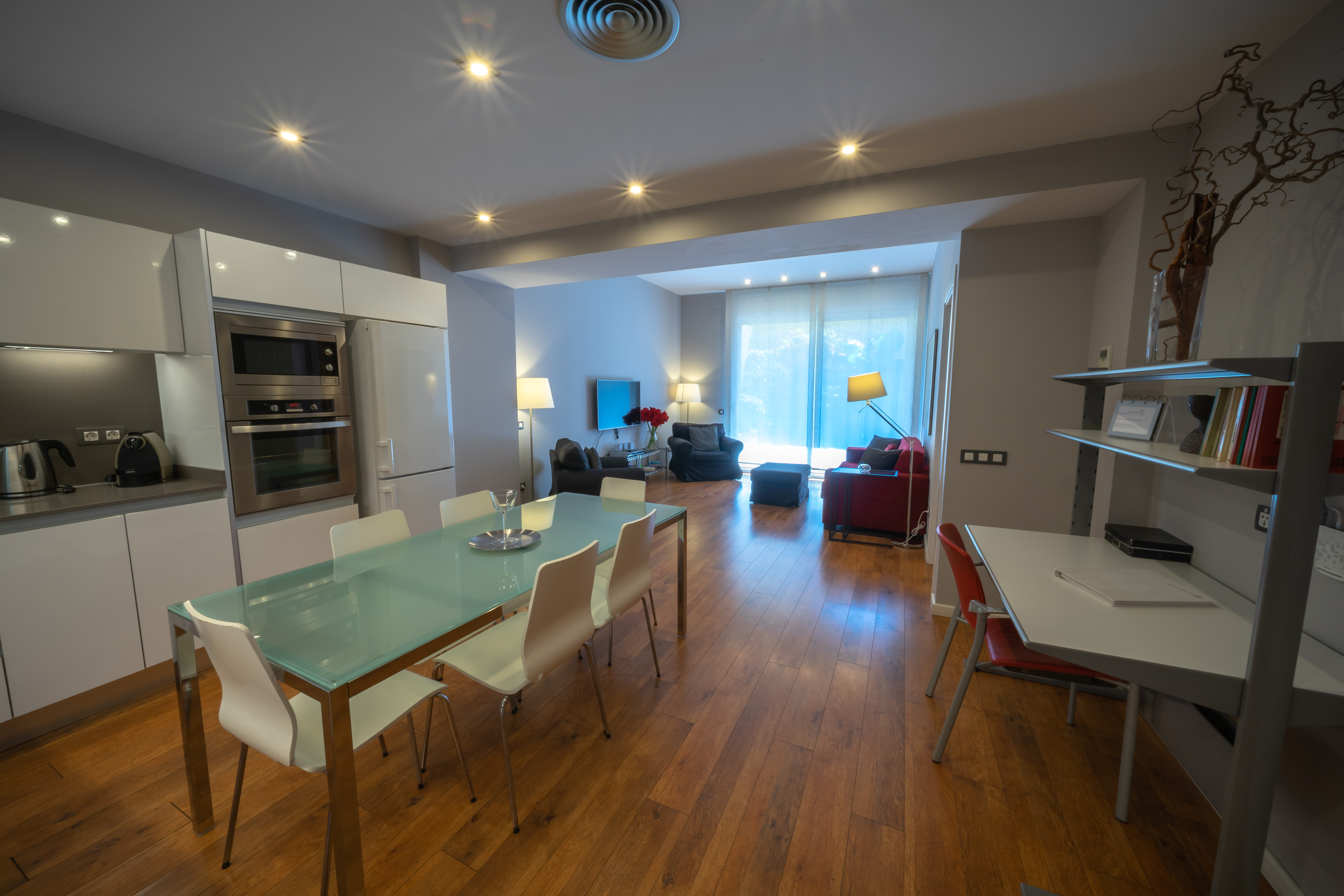 Alquiler de Temporada Piso  Carrer de bonavista. Exquisito apartamento con patio privado en el centro de barcelon
