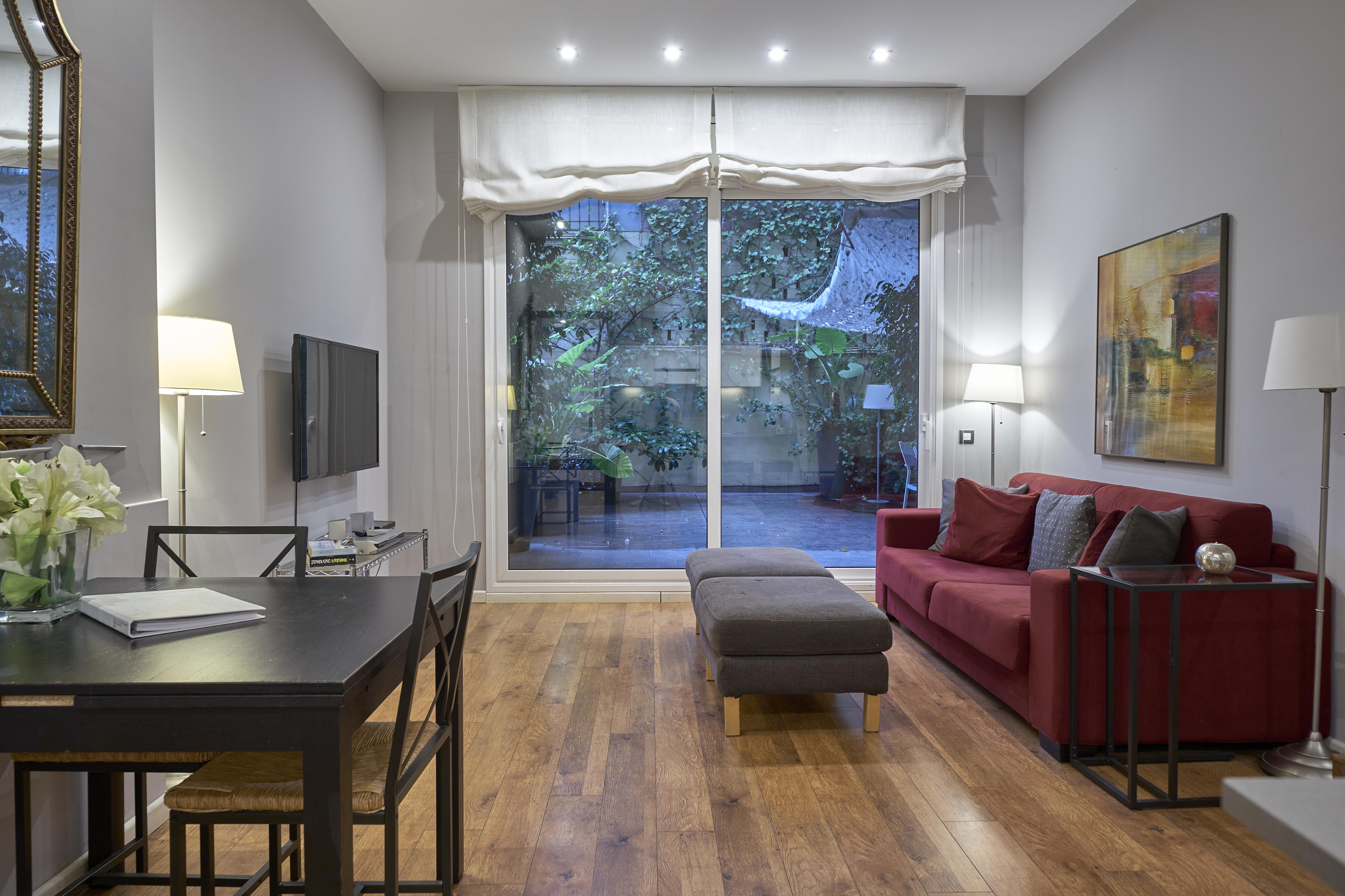 Alquiler de Temporada Piso  Carrer de bonavista. Lujoso apartamento de dos habitaciones con patio privado en plen