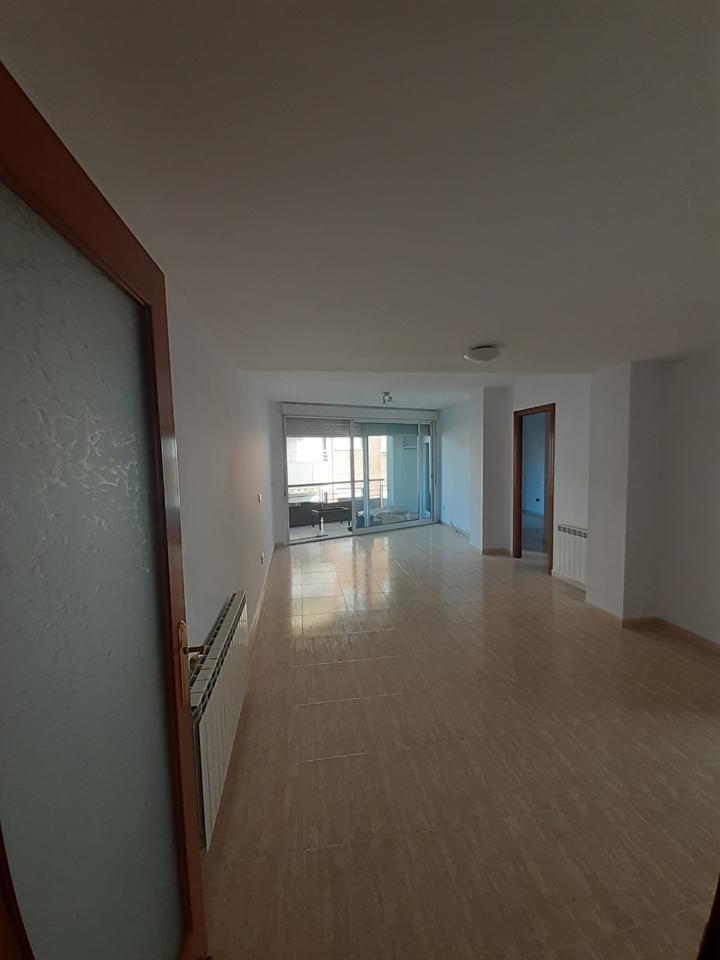 Piso  Calle carrer d'anselm clavé. Gran piso con 3 habitaciones dobles, 2 baños, terraza y calefacc