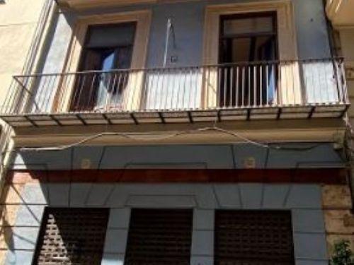 Affitto Edificio  Ciutat vella - el mercat. Edificio singular en el centro con fachada rehabilitada, junto a